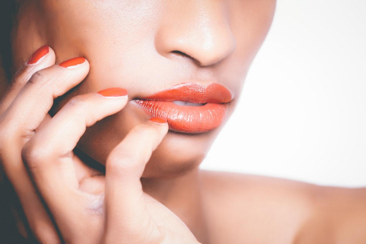 Co na spierzchnięte usta – jak się ratować, gdy skóra boli i pęka